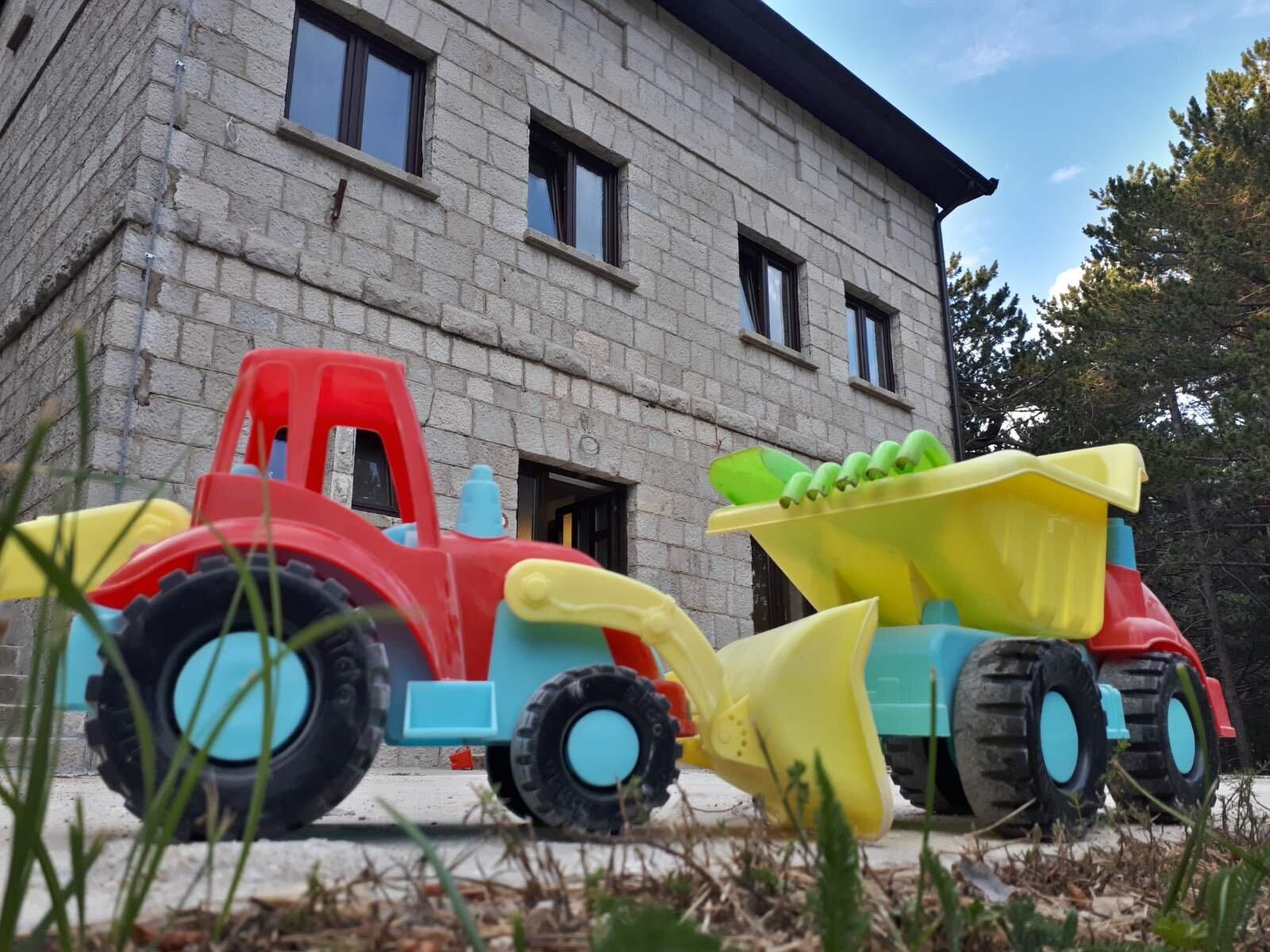 Djeca u igri oko doma nagovještavaju radove :)